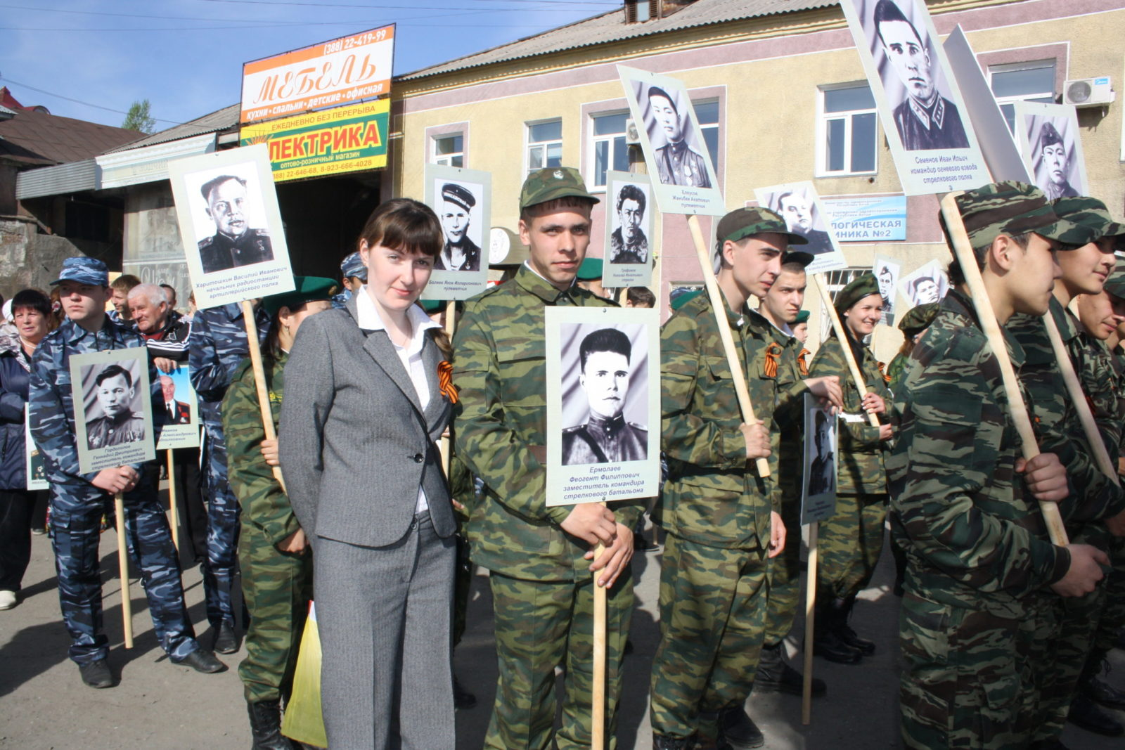 Словно знамя держат внуки фото воинов страны.