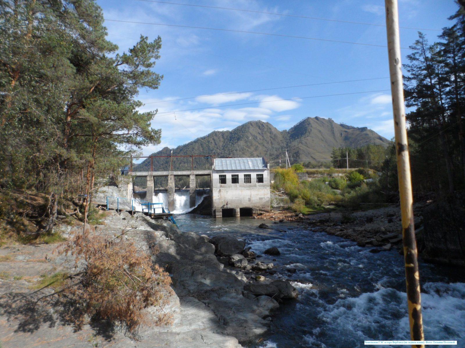 Чемальская ГЭС и гора Верблюд (на заднем плане).