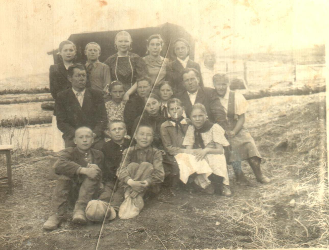 Учителя и ученики Ильинской школы.