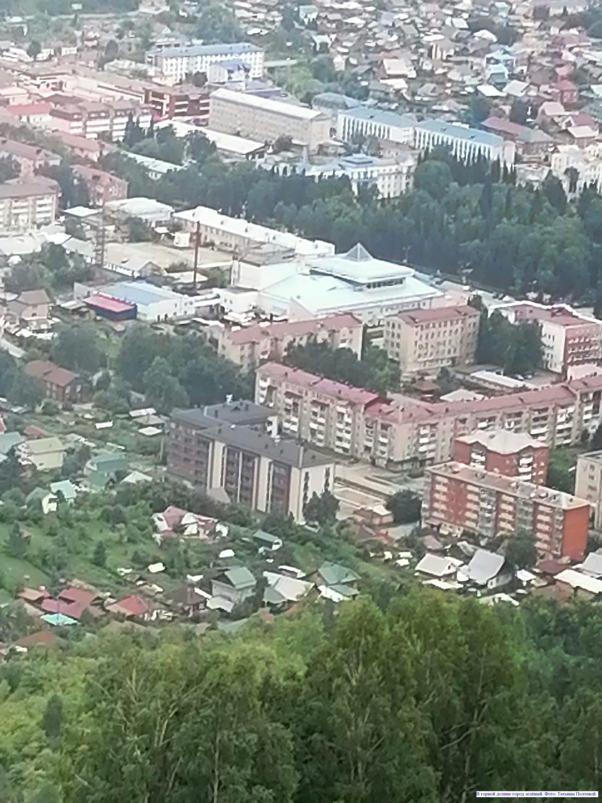 В горной долине город зелёный.