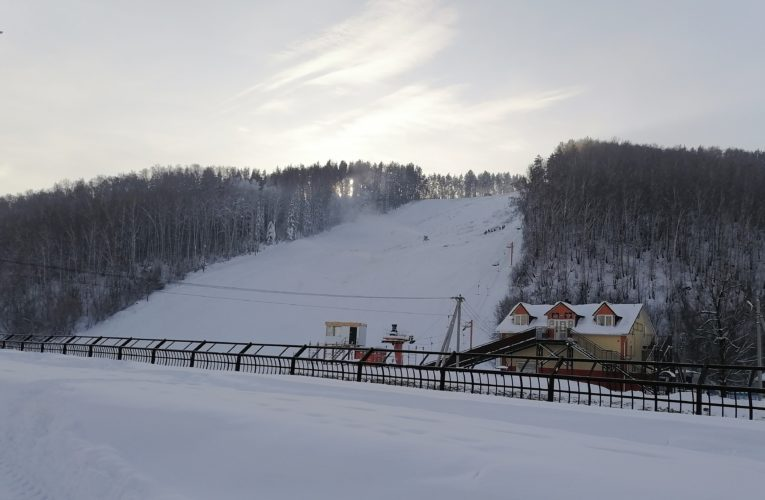 Горнолыжный склон. Гора Комсомольская. Город Горно-Алтайск.