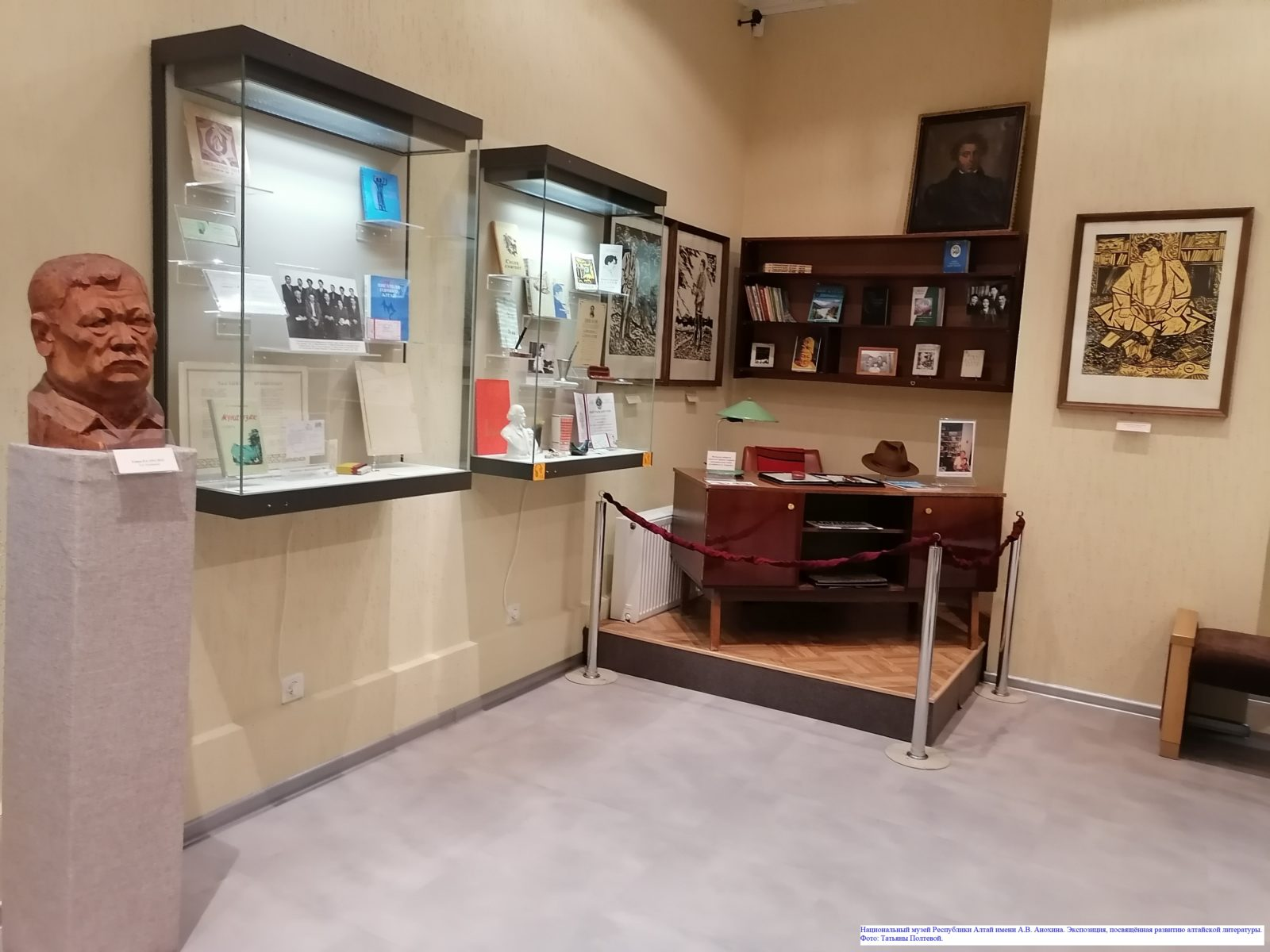 Национальный музей Республики Алтай имени А.В. Анохина. Экспозиция, посвящённая развитию алтайской литературы.